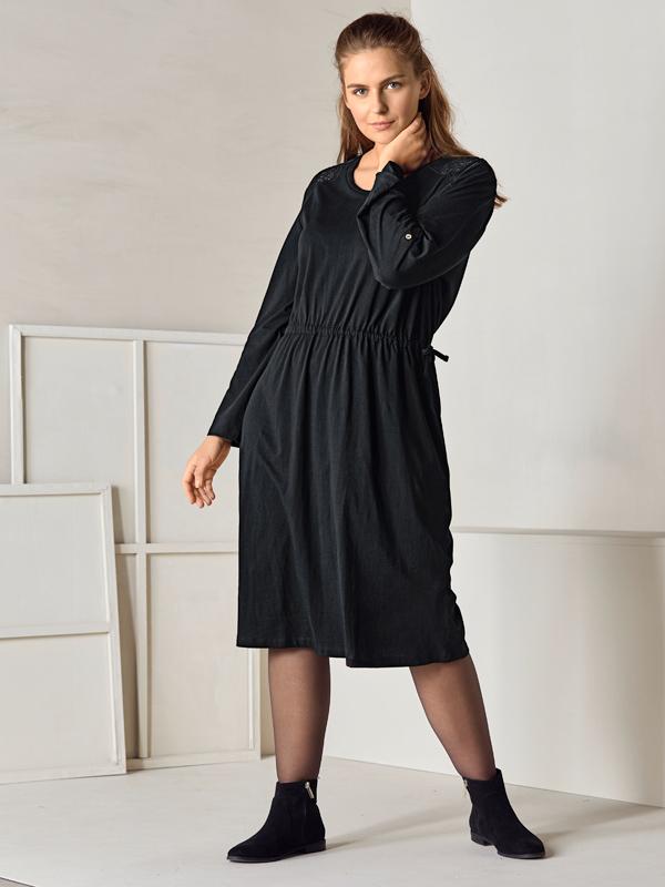 Kleid mit Betonung auf Taille